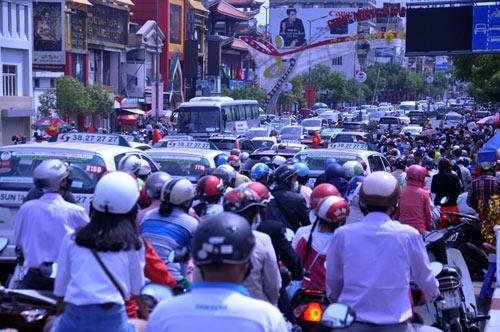 Người Sài Gòn nườm nượp đi chùa ngày mùng 1 Tết - 2