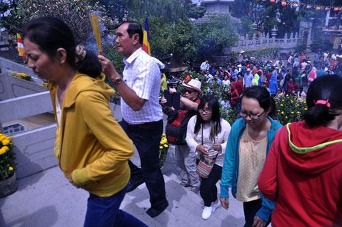 Người Sài Gòn nườm nượp đi chùa ngày mùng 1 Tết - 5