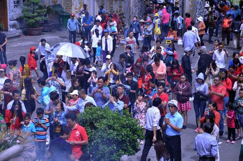 Người Sài Gòn nườm nượp đi chùa ngày mùng 1 Tết - 4