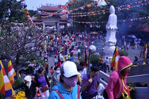 Người Sài Gòn nườm nượp đi chùa ngày mùng 1 Tết - 1