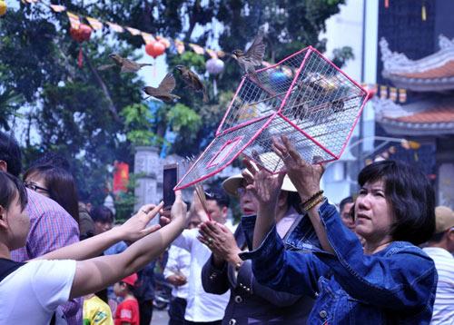 Người Sài Gòn nườm nượp đi chùa ngày mùng 1 Tết - 9