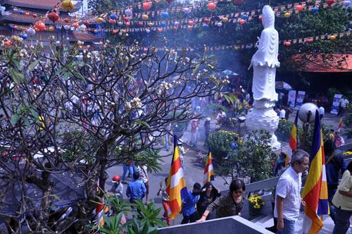 Người Sài Gòn nườm nượp đi chùa ngày mùng 1 Tết - 6