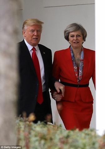 Trump nắm tay nữ Thủ tướng Anh đi ở Nhà Trắng - 1