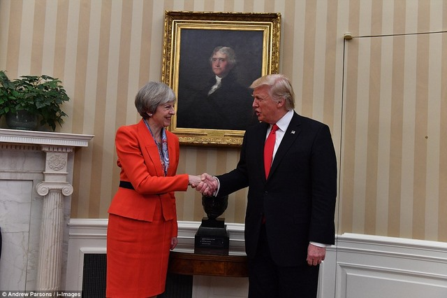 Trump nắm tay nữ Thủ tướng Anh đi ở Nhà Trắng - 2