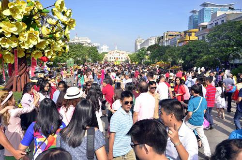 """Mùng 1 Tết, thiếu nữ Sài Gòn """"đọ dáng"""" trước sắc xuân - 1"""