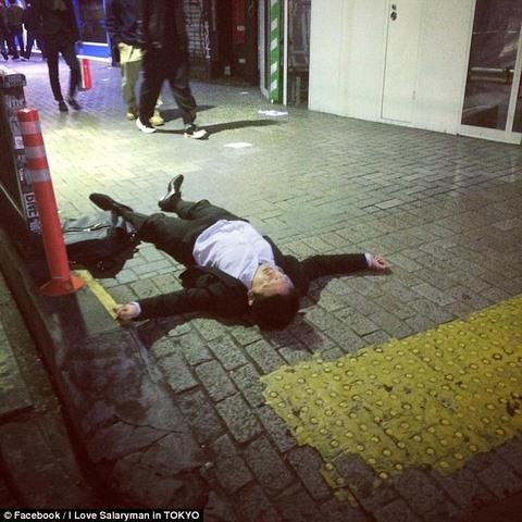 Thanh niên Nhật say xỉn cởi quần nằm ngủ trên tàu điện - 3