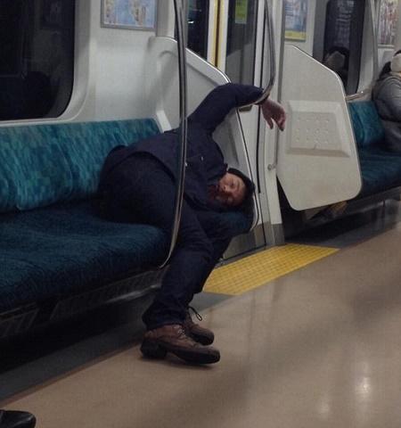 Thanh niên Nhật say xỉn cởi quần nằm ngủ trên tàu điện - 5