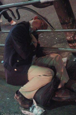 Thanh niên Nhật say xỉn cởi quần nằm ngủ trên tàu điện - 4