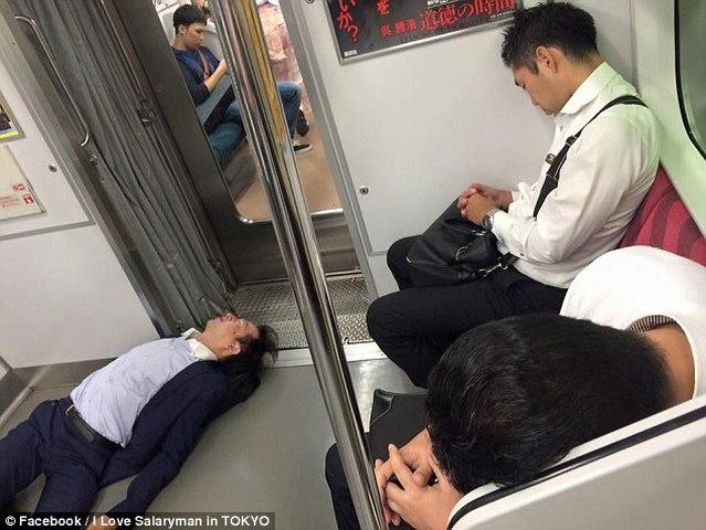 Thanh niên Nhật say xỉn cởi quần nằm ngủ trên tàu điện - 6