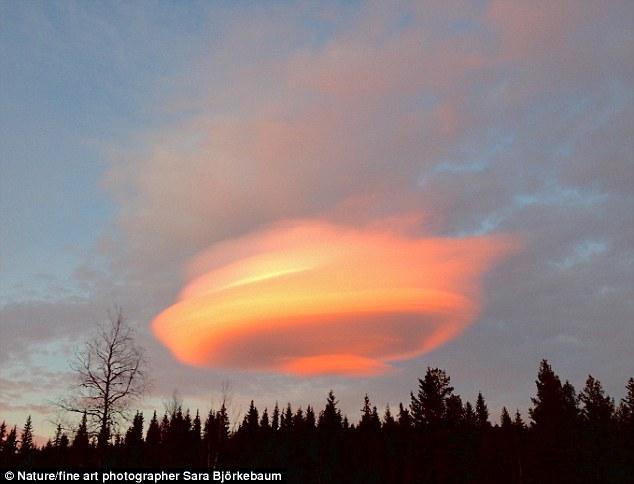 """Mây khổng lồ hình UFO """"chiếm lĩnh"""" bầu trời Thuỵ Điển - 2"""