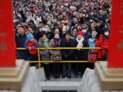 Thế giới - Người Trung Quốc đi chùa, vui xuân đón Tết con gà