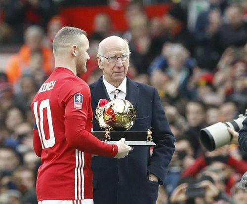 Chuyển nhượng MU: Bán Ashley Young, giữ Rooney - 4