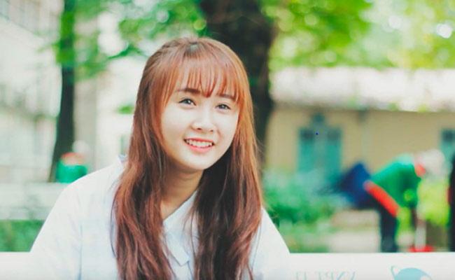 """Xuất hiện trong clip """"Con gái Bách khoa nói gì về học kỳ vừa qua"""", cô gái có nụ cười tỏa nắng và giọng nói dễ thương thu hút sự chú ý đặc biệt của cộng đồng mạng."""