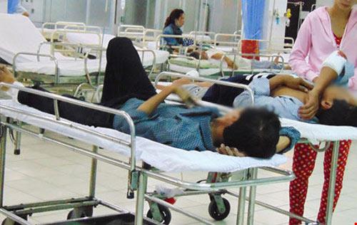 Khóc cười trong phòng cấp cứu: Bạn bè gặp nhau tại bệnh viện! - 4