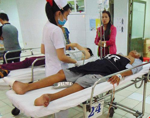 Khóc cười trong phòng cấp cứu: Bạn bè gặp nhau tại bệnh viện! - 1