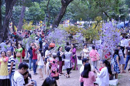 Hàng ngàn người xúng xính áo mới du xuân ở Sài Gòn - 1