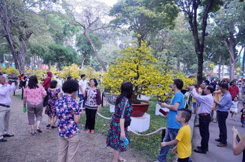 Hàng ngàn người xúng xính áo mới du xuân ở Sài Gòn - 3