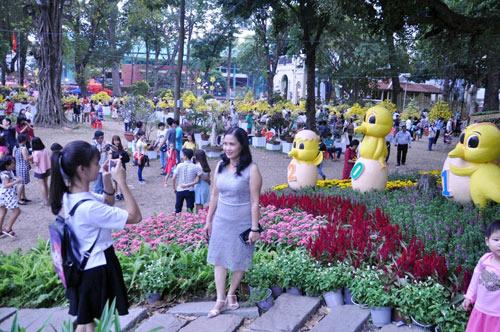 Hàng ngàn người xúng xính áo mới du xuân ở Sài Gòn - 5