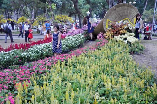Hàng ngàn người xúng xính áo mới du xuân ở Sài Gòn - 12