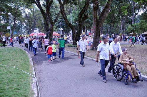 Hàng ngàn người xúng xính áo mới du xuân ở Sài Gòn - 11