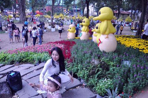 Hàng ngàn người xúng xính áo mới du xuân ở Sài Gòn - 14
