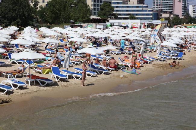 Bãi biển Sunny ở thị trấn Sozopol Bulgaria. (Giá bia: 0,85 USD/chai)