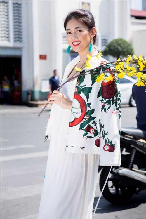 Á hậu Thanh Tú buông lơi váy áo du xuân Sài thành - 14