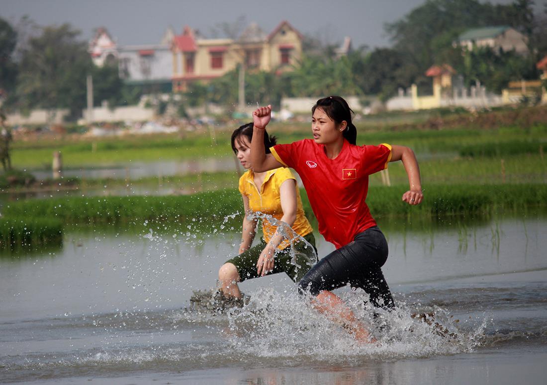 Thôn nữ xinh đẹp gục ngã khi đua tốc độ dưới ruộng nước ngày Tết - 7