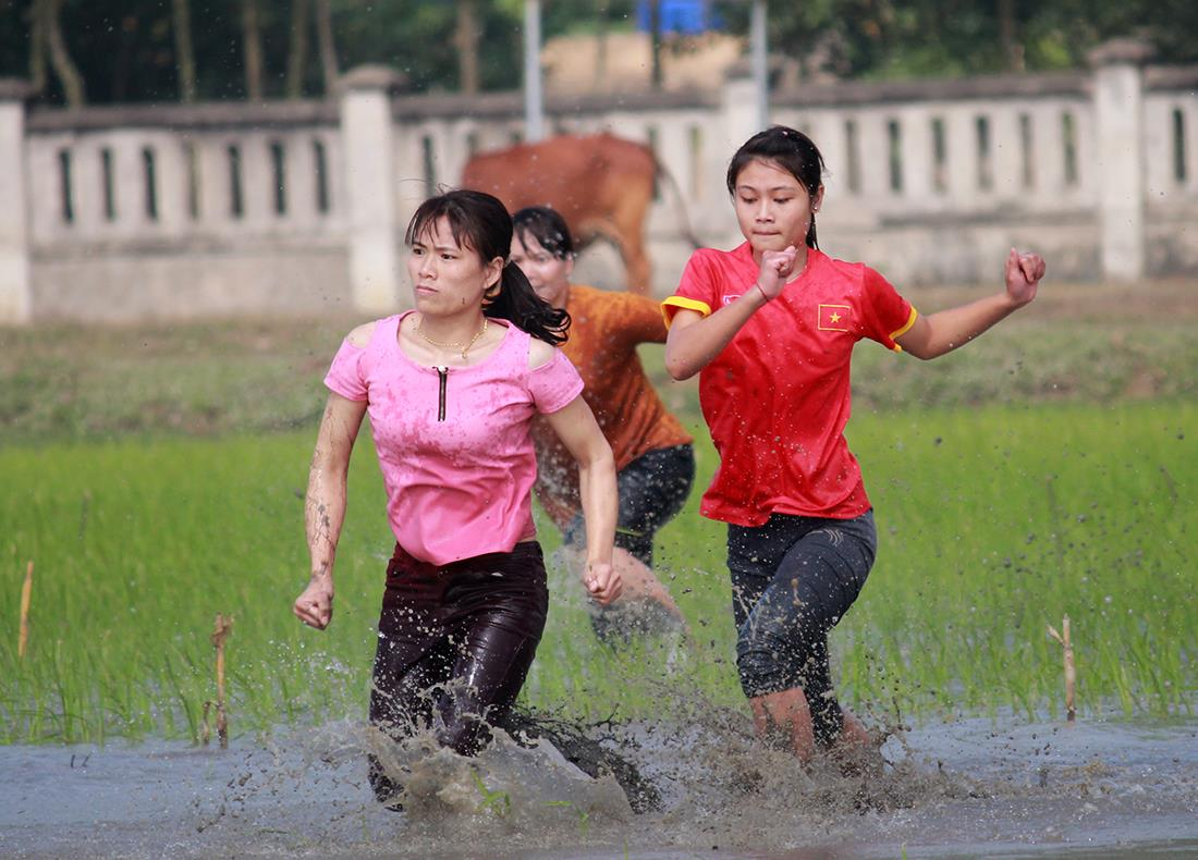Thôn nữ xinh đẹp gục ngã khi đua tốc độ dưới ruộng nước ngày Tết - 2