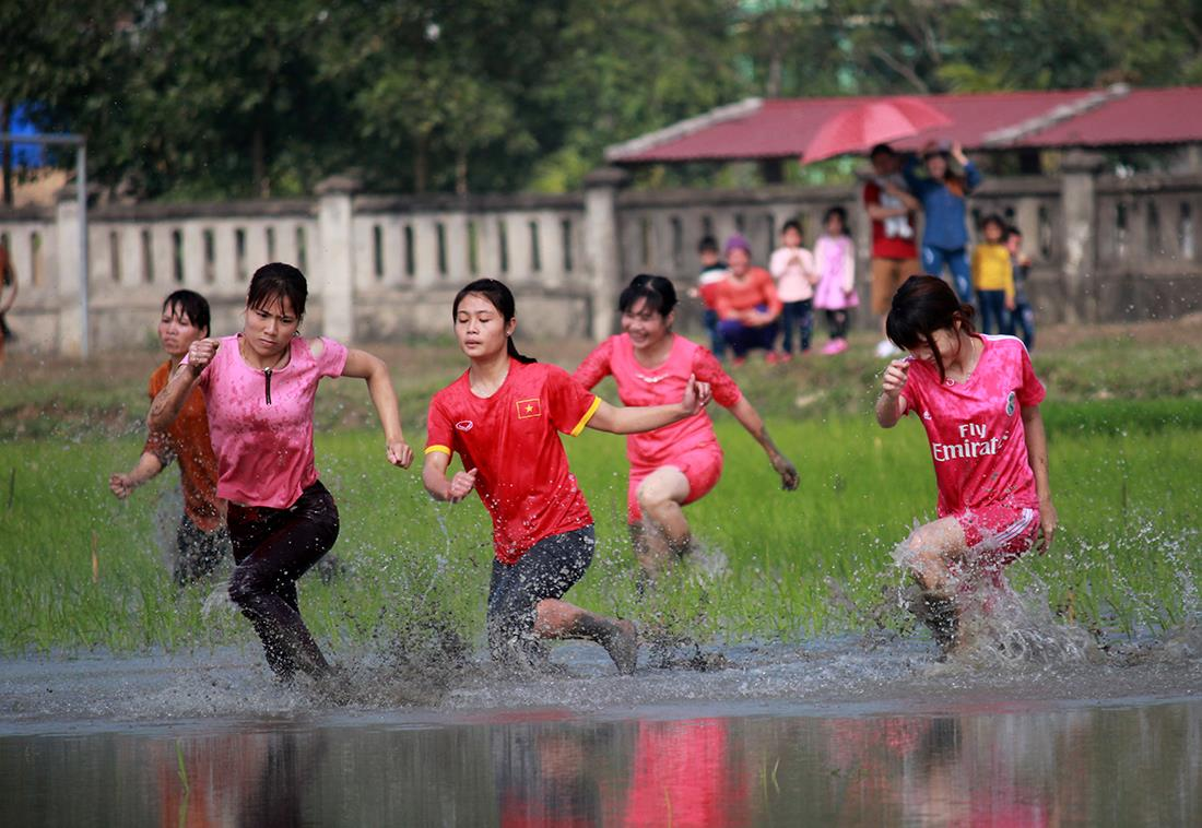 Thôn nữ xinh đẹp gục ngã khi đua tốc độ dưới ruộng nước ngày Tết - 5