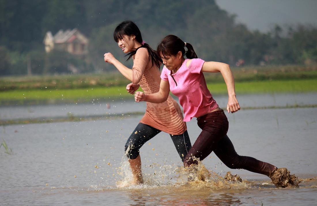 Thôn nữ xinh đẹp gục ngã khi đua tốc độ dưới ruộng nước ngày Tết - 6