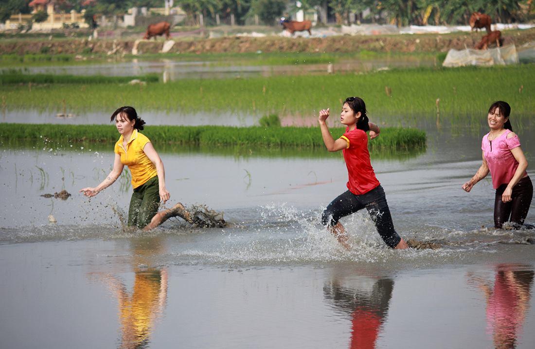 Thôn nữ xinh đẹp gục ngã khi đua tốc độ dưới ruộng nước ngày Tết - 4