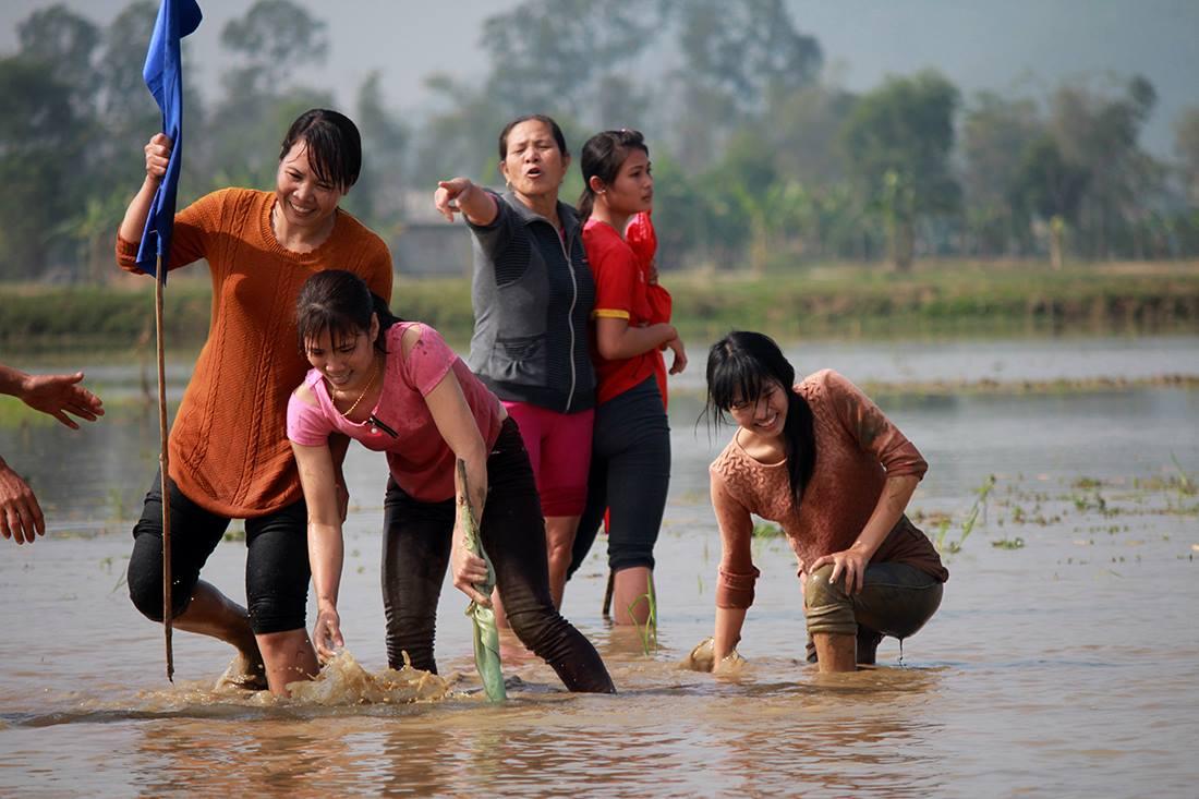 Thôn nữ xinh đẹp gục ngã khi đua tốc độ dưới ruộng nước ngày Tết - 11