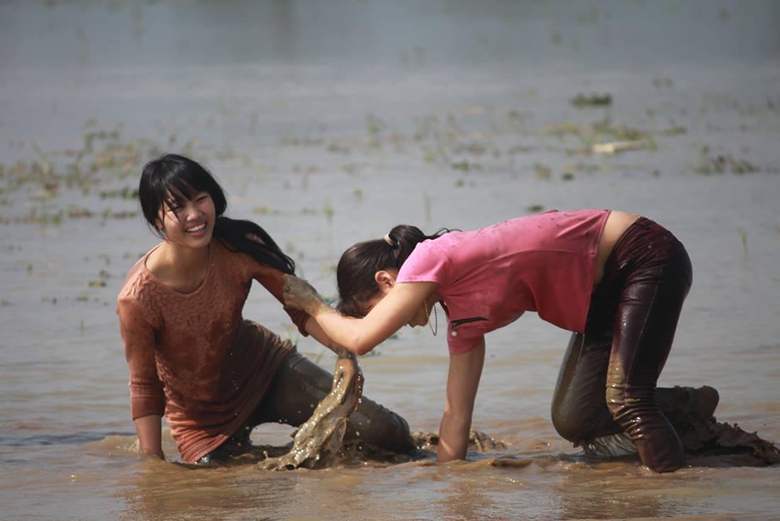 Thôn nữ xinh đẹp gục ngã khi đua tốc độ dưới ruộng nước ngày Tết - 9