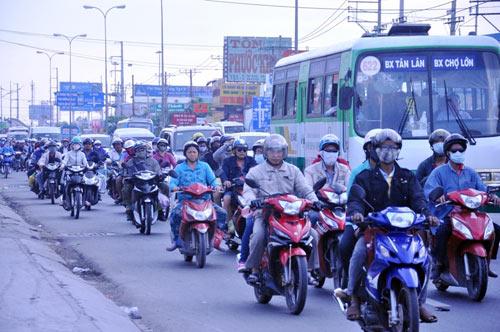 Người dân trở lại SG sau Tết, đường phố thông thoáng - 1