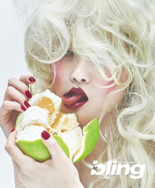 Choáng với bộ ảnh thời trang kỳ lạ của tạp chí nổi tiếng - 2