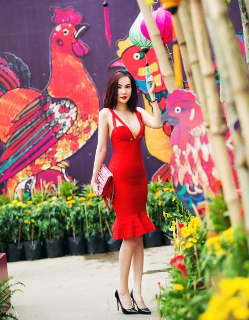 """Dương Yến Ngọc """"hở bạo"""" đỏ rực phố hoa Sài Gòn - 2"""