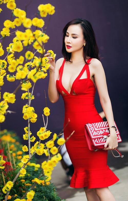 """Dương Yến Ngọc """"hở bạo"""" đỏ rực phố hoa Sài Gòn - 3"""