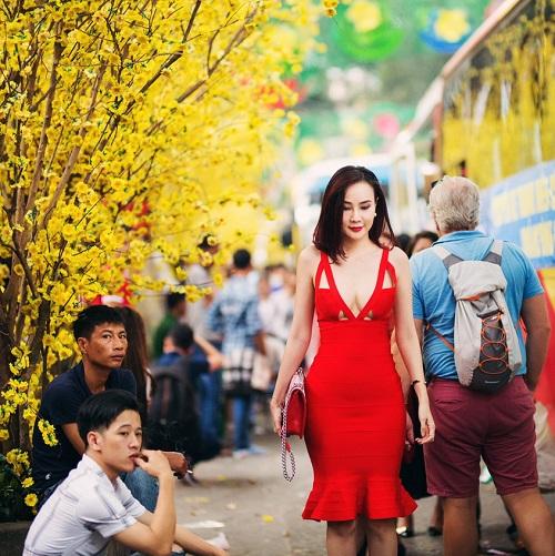 """Dương Yến Ngọc """"hở bạo"""" đỏ rực phố hoa Sài Gòn - 7"""