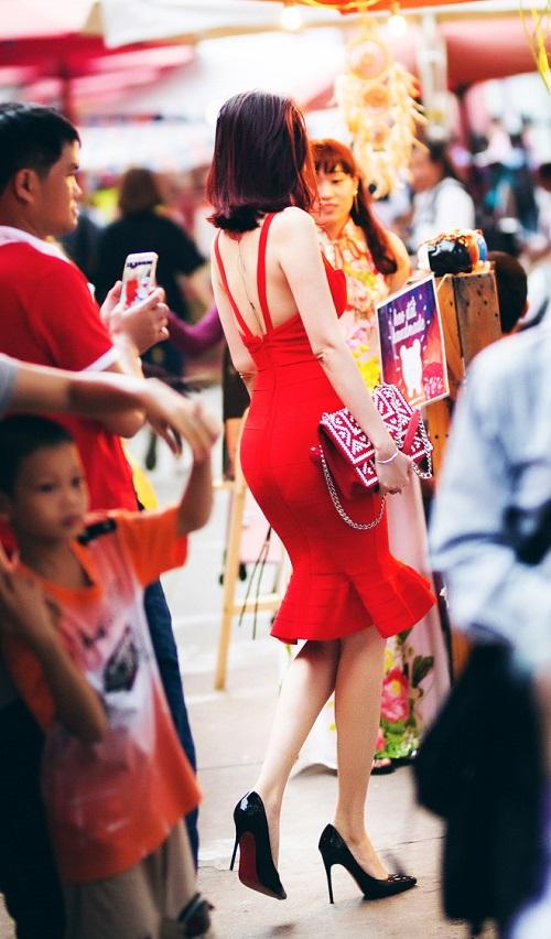 """Dương Yến Ngọc """"hở bạo"""" đỏ rực phố hoa Sài Gòn - 8"""