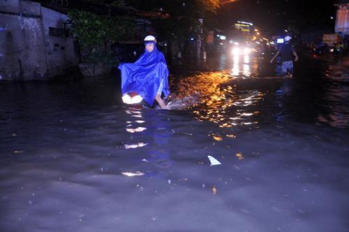 """Người Sài Gòn """"bơi"""" trong trận mưa trái mùa chiều mùng 6 Tết - 4"""