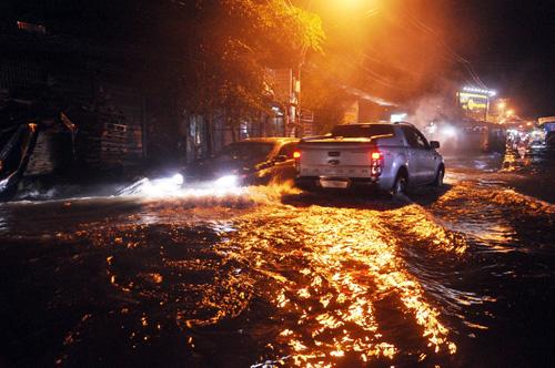 """Người Sài Gòn """"bơi"""" trong trận mưa trái mùa chiều mùng 6 Tết - 5"""