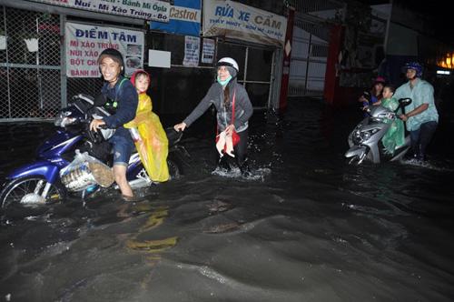 """Người Sài Gòn """"bơi"""" trong trận mưa trái mùa chiều mùng 6 Tết - 6"""