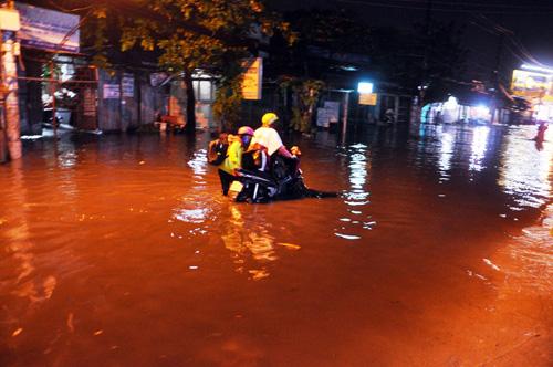 """Người Sài Gòn """"bơi"""" trong trận mưa trái mùa chiều mùng 6 Tết - 7"""