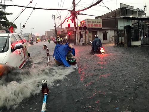 """Người Sài Gòn """"bơi"""" trong trận mưa trái mùa chiều mùng 6 Tết - 3"""