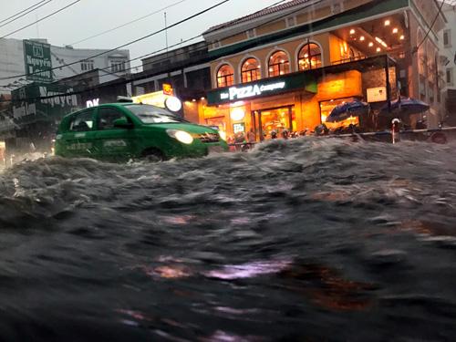 """Người Sài Gòn """"bơi"""" trong trận mưa trái mùa chiều mùng 6 Tết - 2"""