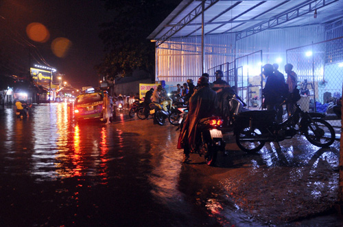 """Người Sài Gòn """"bơi"""" trong trận mưa trái mùa chiều mùng 6 Tết - 12"""