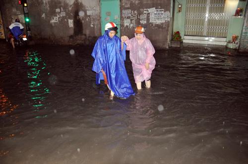 """Người Sài Gòn """"bơi"""" trong trận mưa trái mùa chiều mùng 6 Tết - 10"""