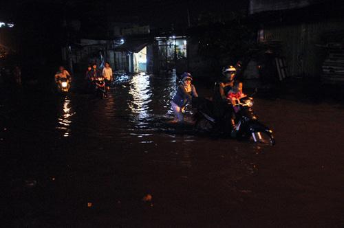 """Người Sài Gòn """"bơi"""" trong trận mưa trái mùa chiều mùng 6 Tết - 13"""