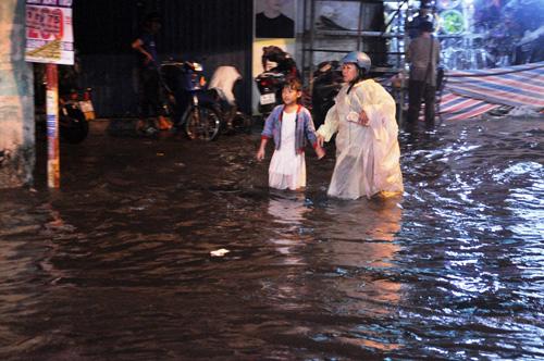 """Người Sài Gòn """"bơi"""" trong trận mưa trái mùa chiều mùng 6 Tết - 9"""